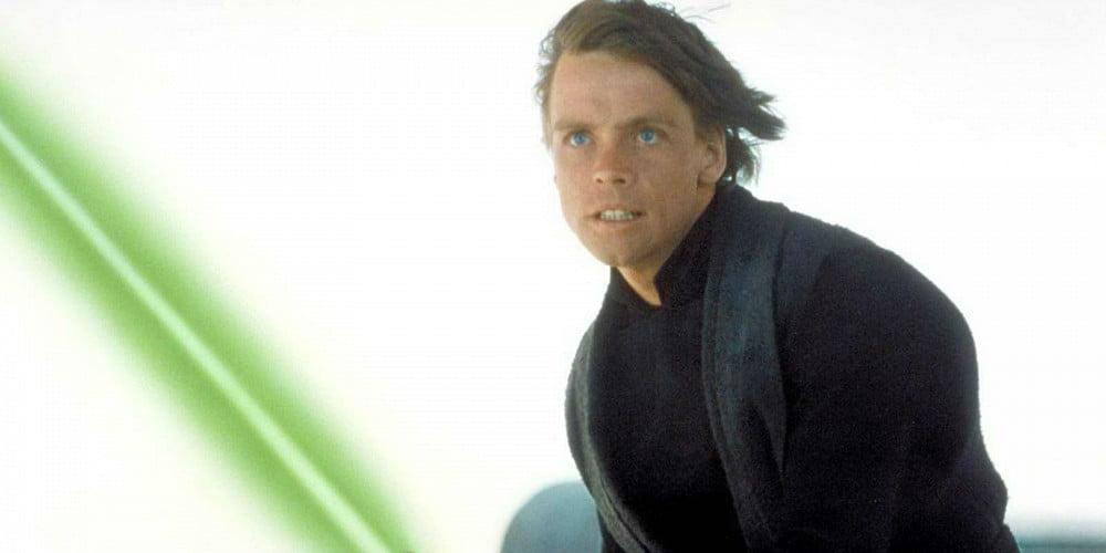 luke-skywalker-wields-his-green-lightsaber