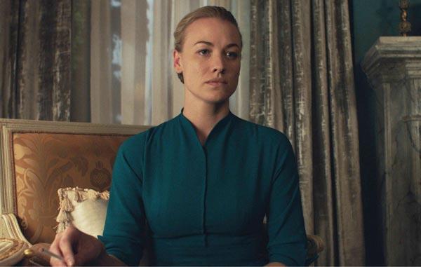 Yvonne Strahovski در سریال The Handmaid's Tale