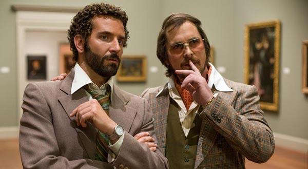 کریسچن بیل در کنار بردلی کوپر در فیلم حقهبازی آمریکایی.