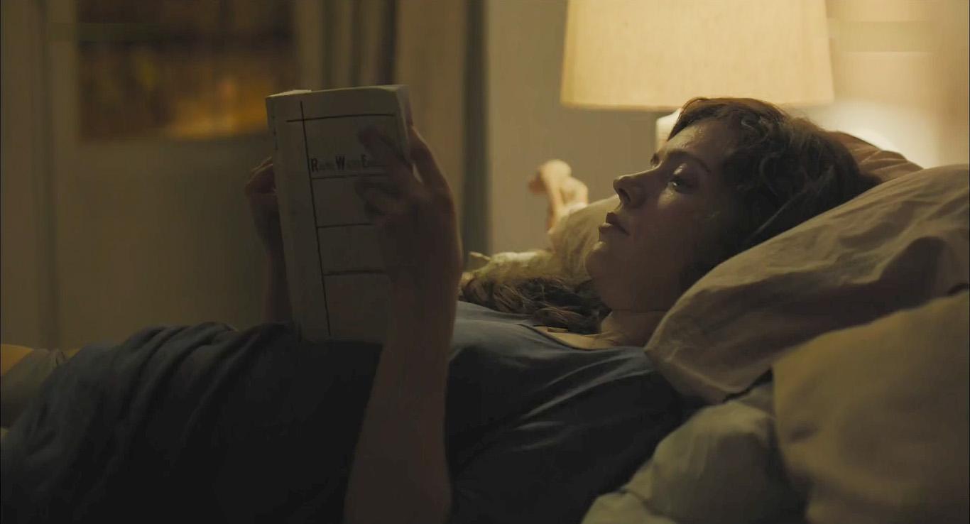 اوا در حال کتاب خواندن در فیلم باکره ماه اوت