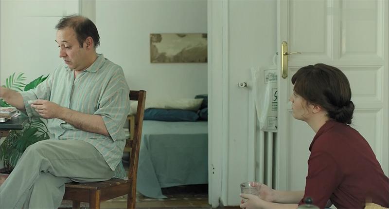 اوا و صاحبخانه در نمایی از فیلم باکره ماه اوت
