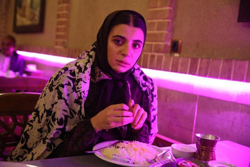 مریم عباس پور در نقش شراره در نمایی از فیلم خون شد