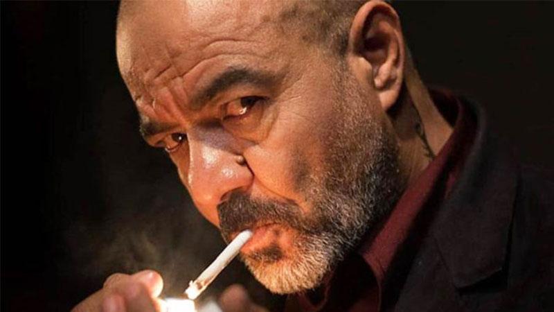سعید آقاخانی در نقش فضلی در حال کشیدن سیگار در نمایی از فیلم خون شد