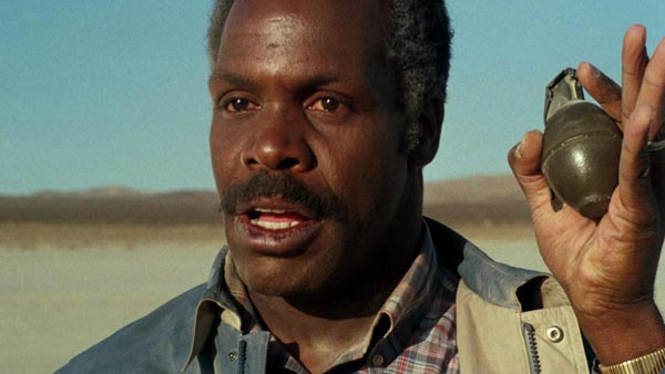 دنی گلاور در فیلم اسلحه مرگبار.