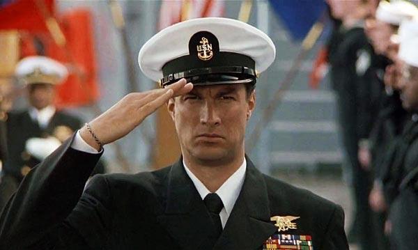 استیون سیگال در فیلم تحت محاصره.