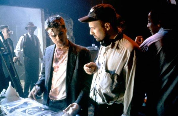 دیوید فینچر در کنار برد پیت و مورگان فریمن در پشت صحنه فیلم هفت.