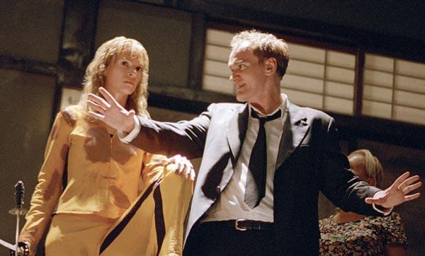 کوئنتین تارانتینو در کنار اوما تورمن در پشت صحنه فیلم بیل را بکش.
