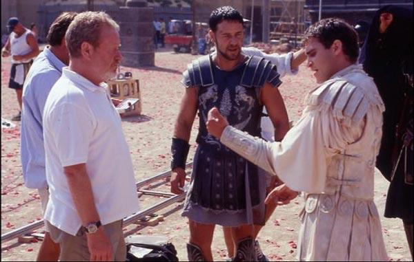 ریدلی اسکات در کنار راسل کرو و واکین فینیکس در پشت صحنه فیلم گلادیاتور.