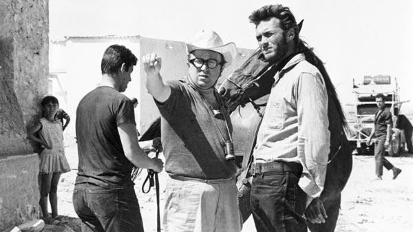سرجو لئونه در کنار کلینت ایستوود در پشت صحنه فیلم به خاطر چند دلار بیشتر.
