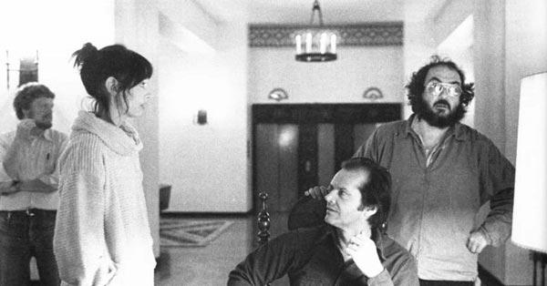استنلی کوبریک در کنار جک نیکلسون و شلی دووال در پشت صحنه فیلم درخشش.